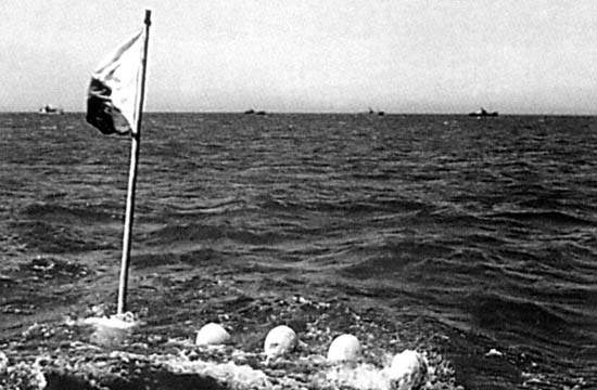 Juin 1944 : Bouées du sealine de Sainte-Honorine-des-Pertes  © US National Archives